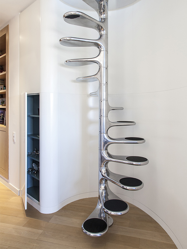 Escalier Roger Tallon - Placard bleu
